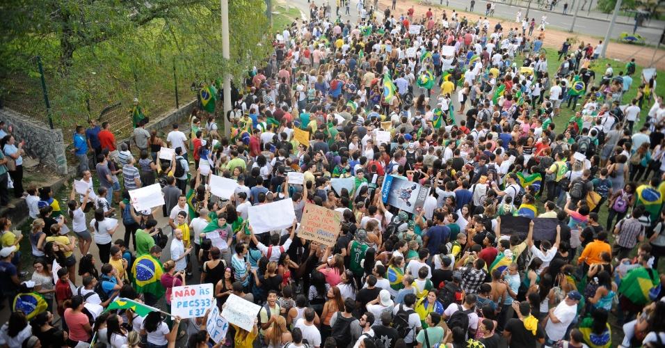 21.jun.2013 - Cerca de mil pessoas protestam na Barra da Tijuca, zona oeste do Rio de Janeiro, na tarde desta sexta-feira. Os manifestantes são contrários à impunidade, corrupção, à Proposta de Emenda à Constituição 37 (PEC 37), que limita o poder de investigação do Ministério Público, e à PEC 33, que restringe a atuação do Supremo Tribunal Federal (STF)