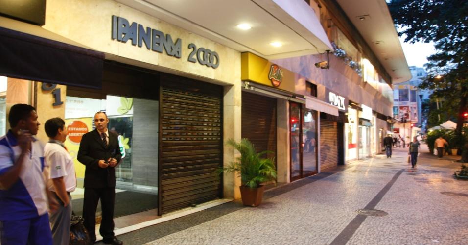 21.jun.2013 - Comércio fecha mais cedo por medo de depredações na rua Anibal de Mendonça, em Ipanema, no Rio de Janeiro, antes dos protestos que ocorrem na região, nesta sexta-feira (21)