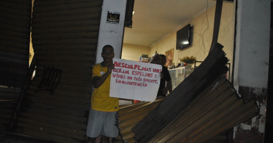 21.jun.2013 - Estabelecimentos comerciais são atacados durante protesto em Duque de Caxias (RJ) nesta sexta-feira. Os manifestantes protestaram contra a corrupção no país