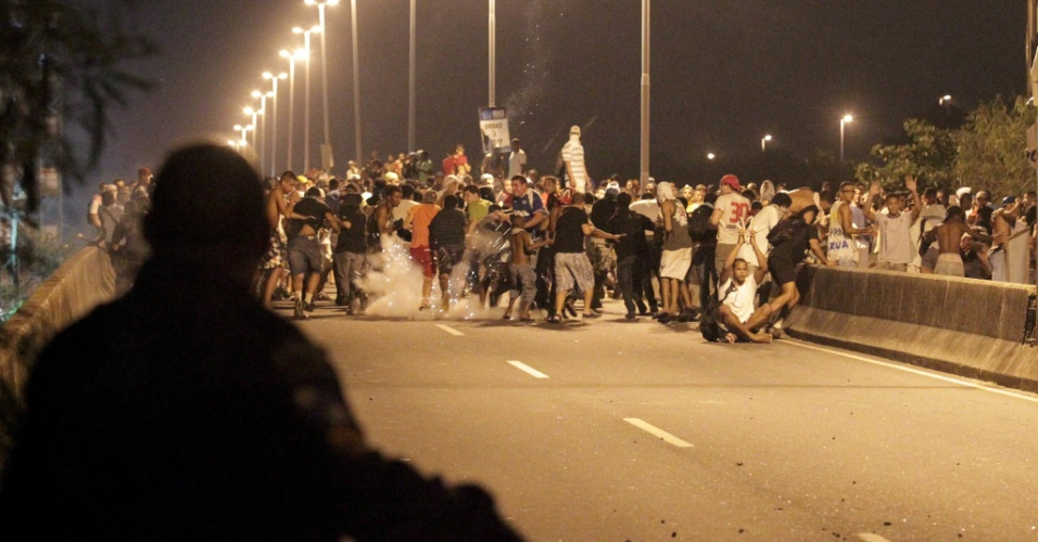 21.jun.2013 - Manifestação tem tumulto na avenida Ayrton Senna, na região da Barra da Tijuca, na noite desta sexta-feira
