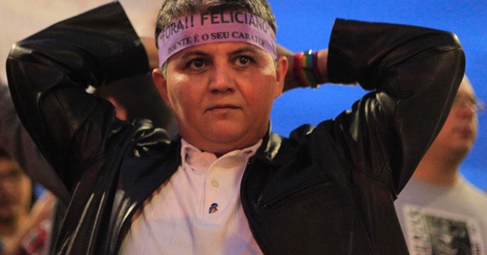 """21.jun.2013 - Manifestante protesta contra o deputado Marco Feliciano (PSC-SP), presidente da Comissão de Direitos Humanos, durante protesto na praça Roosevelt, na área central da capital paulista, contra dois projetos de lei: um conhecido como """"cura gay"""" e o outro apelidado de Ato Médico. Cerca de 1.000 pessoas estão no local, segundo estimativa da PM"""