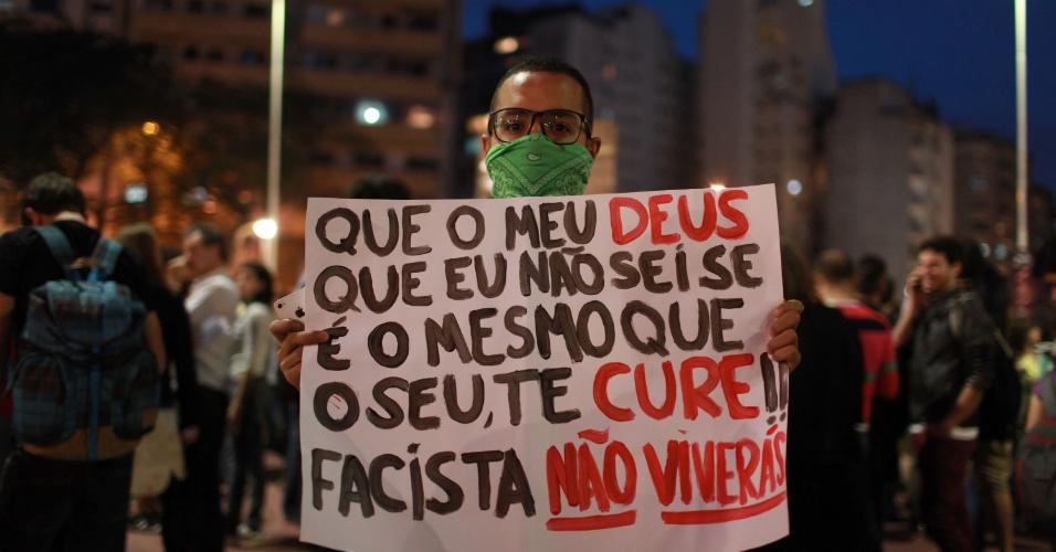 """21.jun.2013 - Manifestante se concentra na praça Roosevelt, na área central da capital paulista, para protestar contra o projeto de lei conhecido como """"cura gay"""""""