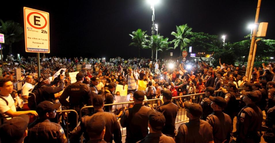 21.jun.2013 - Manifestantes em passeata se concentram em Ipanema, no Rio de Janeiro, nesta sexta-feira. Durante a tarde, comerciantes do bairro fecharam as portas na tentativa de evitar depredações