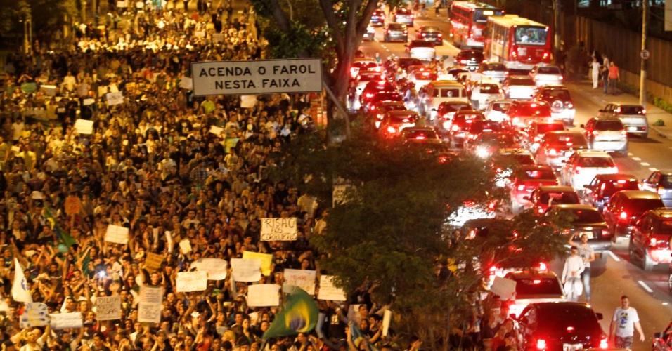 21.jun.2013 - Manifestantes fecham a avenida Radial Leste, na altura do metrô Belém, na zona leste em São Paulo, nesta sexta-feira, em protesto contra a corrupção, a PEC 37, entre outras reivindicações