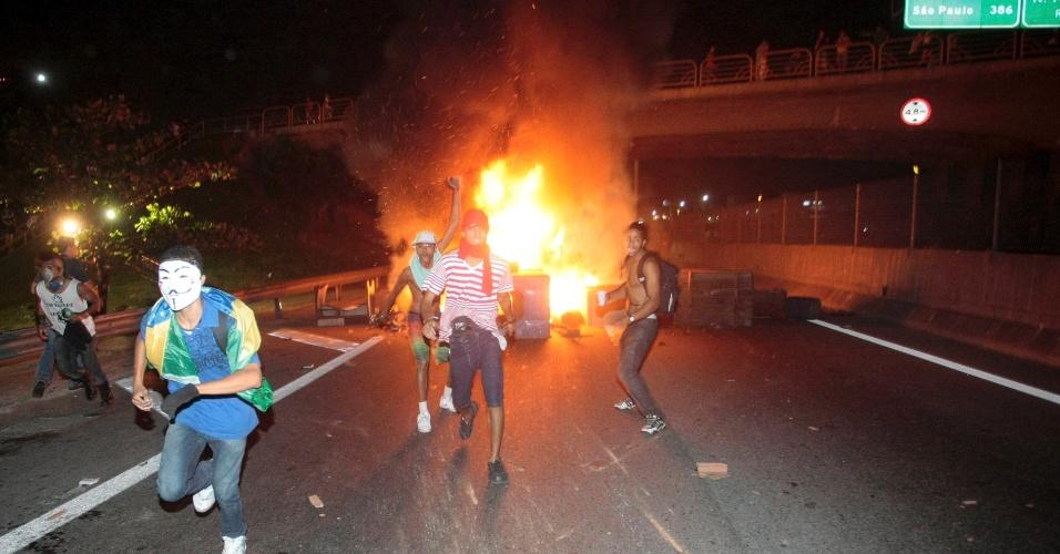 21.jun.2013 - Manifestantes fecham as duas pistas da Via Dutra com fogo na altura do Rancho Novo, no Rio de Janeiro, nesta sexta-feira