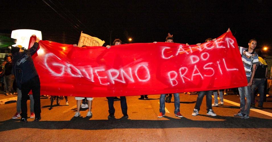 21.jun.2013 - Manifestantes fecham trecho da avenida Edgar Faccó, próximo a ponte do Piqueri, em Pirituba, enquanto diversos protestos estão sendo realizados na cidade do São Paulo (SP), nesta sexta-feira (21). Além de gritos contra a corrupção, outras causas também são entoadas pelos manifestantes