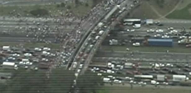21.jun.2013 - Manifestantes fecham Via Dutra, em São Paulo (SP), nos dois sentidos, em mais um protesto na cidade na tarde desta sexta