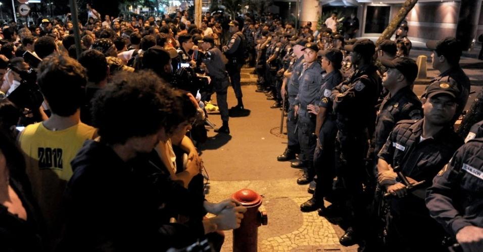 21.jun.2013 - Manifestantes ficam frente a frente com policiais que protegem a rua onde mora o governador do Rio de Janeiro, Sérgio Cabral, nesta sexta-feira