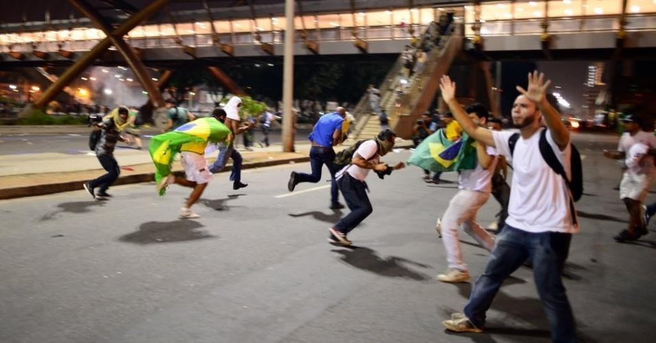20.jun.2013 - Manifestantes fogem durante confronto com policiais no Rio de Janeiro, na noite desta quinta-feira. O protesto terminou com confronto e 62 pessoas feridas