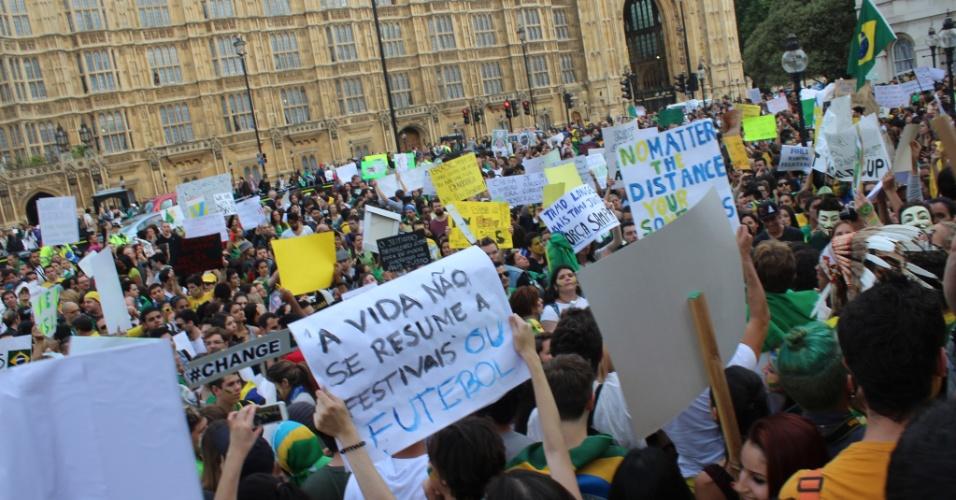 21.jun.2013 - Manifestantes foram às ruas em Londres, no Reino Unido, na terça-feira (18) em apoio aos protestos que ocorrem no Brasil