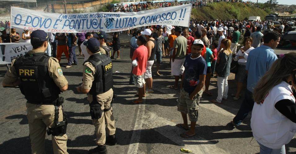 21.jun.2013 - Manifestantes interditam a BR-040, em Ribeirão das Neves, região metropolitana de Belo Horizonte. Segundo a Polícia Rodoviária Federal, o congestionamento chega a 10 km, em cada sentido. Eles reclamam da tarifa e das condições do transporte público