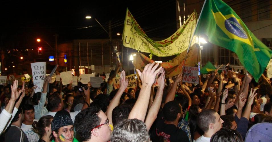 21.jun.2013 - Manifestantes protestam contra o aumento do valor das passagens de ônibus em São Carlos, no interior de São Paulo, nesta quinta-feira (20)