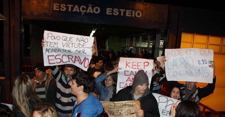 21.jun.2013 - Manifestantes protestam em Esteio (RS) contra ruas esburacadas, pela redução do preço da passagem do transporte público, entre outras reivindicações,  na noite desta sexta-feira. A BR 116 está parada devido a manifestação