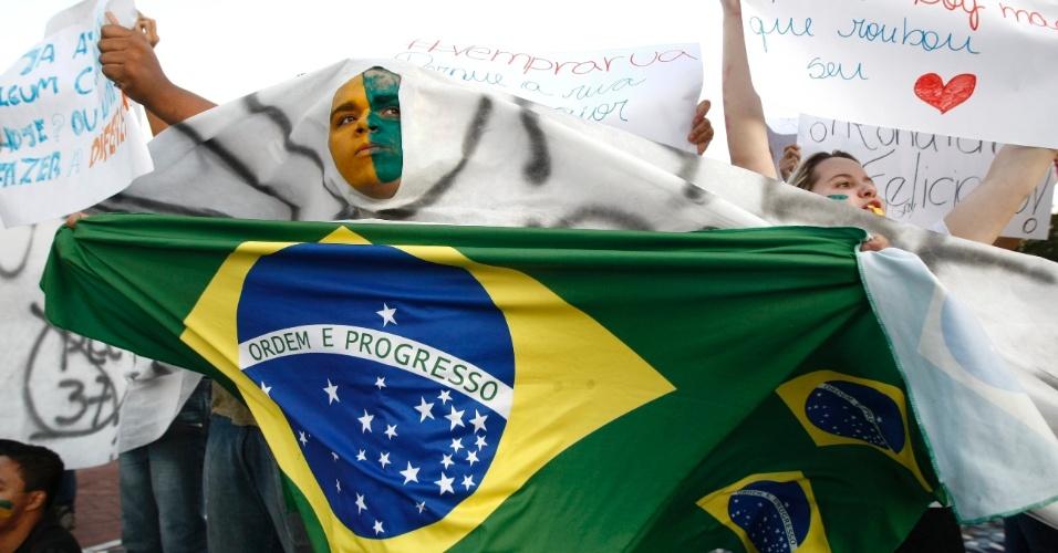 21.jun.2013 - Manifestantes protestam na praça da Glória, em Contagem, na grande Belo Horizonte, contra o aumento da tarifa do transporte público