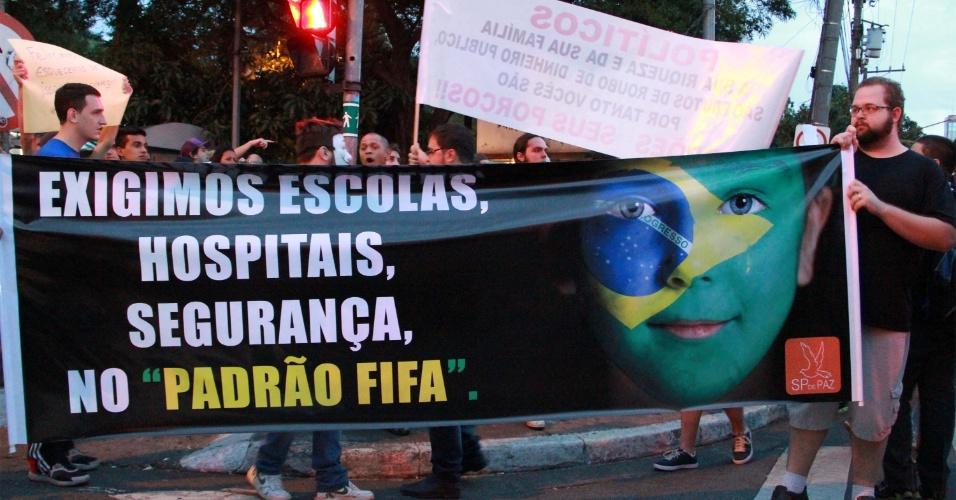 21.jun.2013 - Manifestantes protestam na praça Silvio Romero, no bairro do Tatuapé, na zona leste de São Paulo, nesta sexta-feira (21). Além de gritos contra a corrupção, outras causas também são destacadas pelos manifestantes