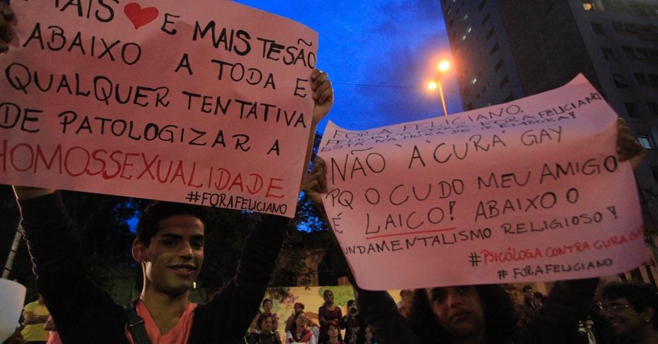 """21.jun.2013 - Manifestantes se concentram na praça Roosevelt, na área central da capital paulista, para protestar contra dois projetos de lei: um conhecido como """"cura gay"""" e o outro apelidado de Ato Médico. Cerca de 1.000 pessoas estão no local, segundo estimativa da PM"""