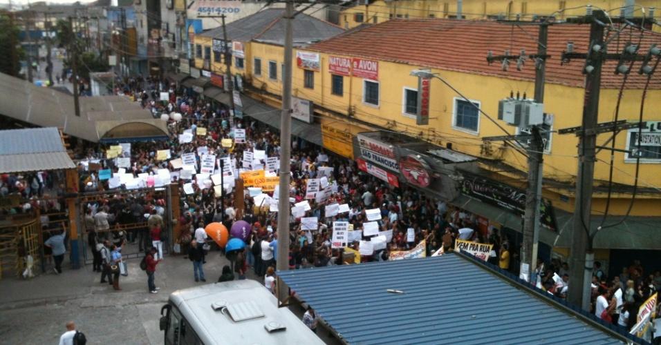 21.jun.2013 - Manifestantes se reúnem em frente a estação da CPTM em Mauá (SP), na tarde desta sexta-feira