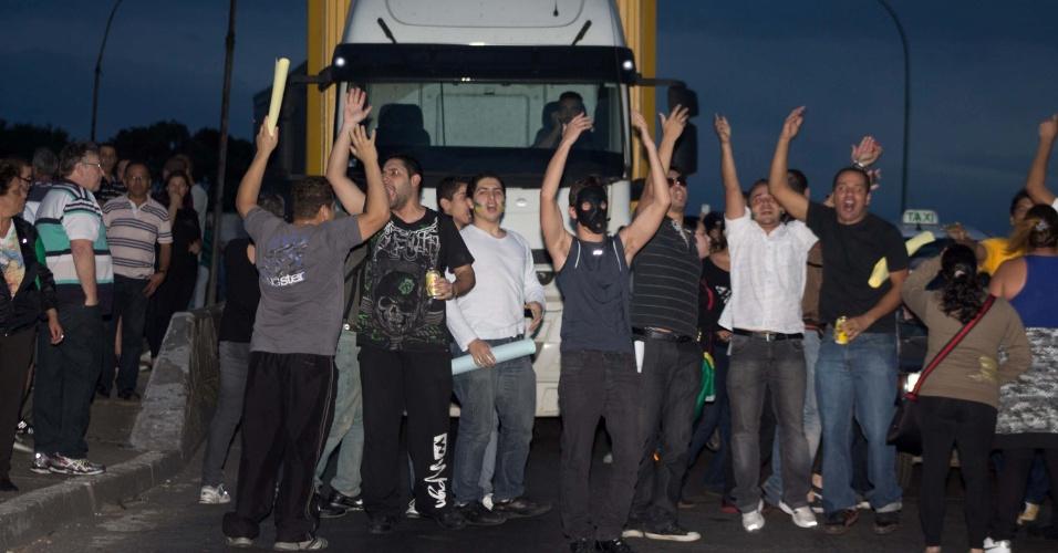 21.jun.2013 - Manifestantes seguem em direção ao Aeroporto Governador André FrancoMontoro (Cumbica) durante protestos que estão sendo realizados na cidade de Guarulhos (SP), nesta sexta-feira. Além de gritos contra a corrupção, outras causas também são destacadas pelos manifestantes