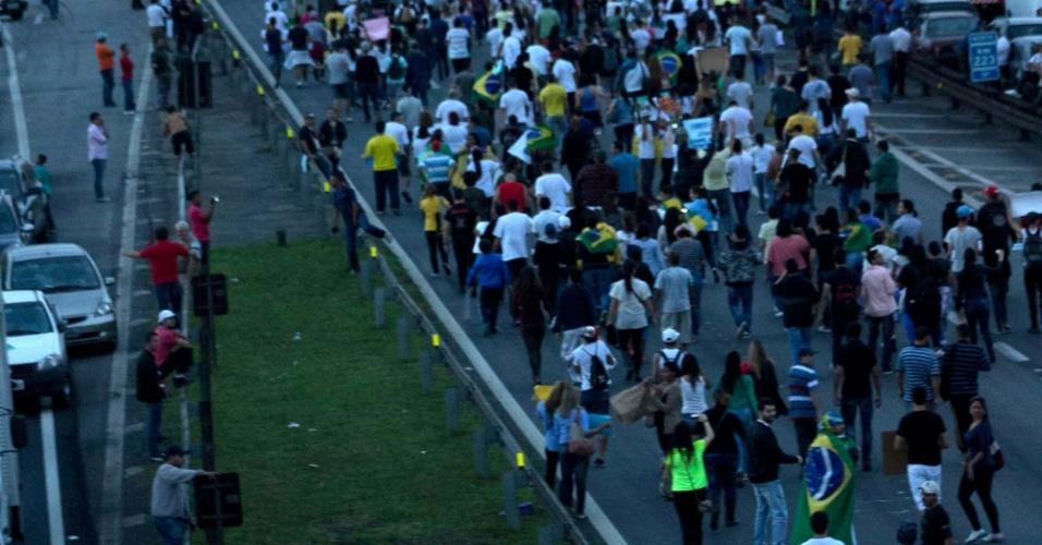 21.jun.2013 - Manifestantes seguem em direção ao Aeroporto Governador André Franco Montoro (Cumbica) durante protestos que estão sendo realizados na cidade de Guarulhos (SP), nesta sexta-feira. Além de gritos contra a corrupção, outras causas também são destacadas pelos manifestantes