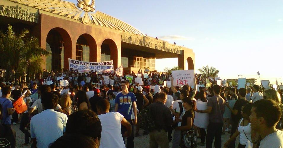 21.jun.2013 - Manifestantes também foram às ruas em Palmas, no Tocantins, na quinta-feira (20). A internauta Talyta Sousa relata que cerca de 15 mil pessoas estavam presentes