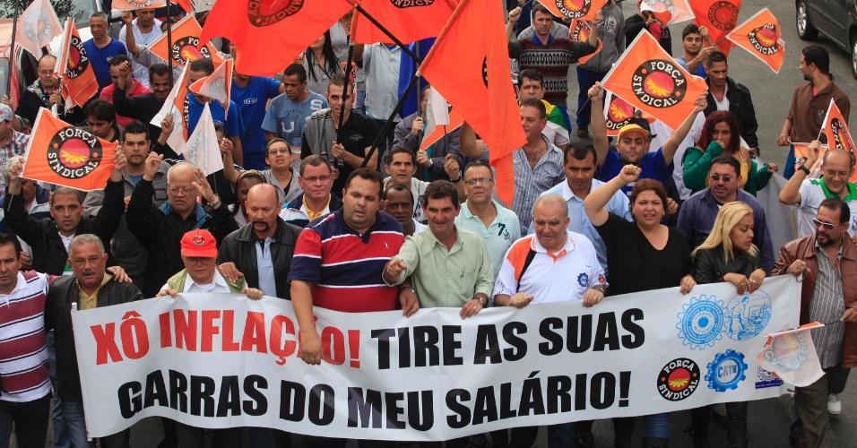 21.jun.2013 - Metalúrgicos realizam protesto no bairro da Mooca, zona leste de São Paulo, na manhã desta sexta-feira (21), pedindo melhorias no transporte público