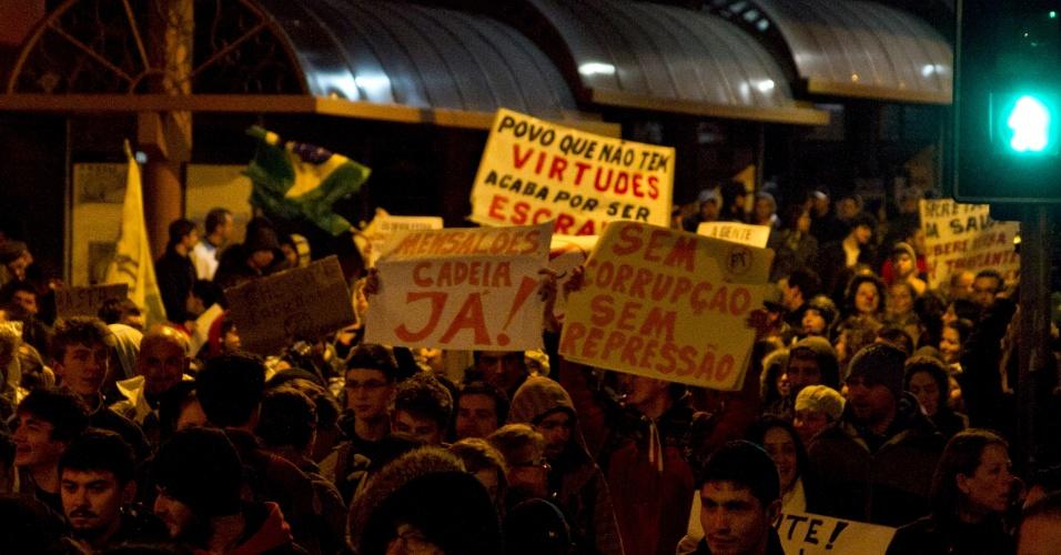 21.jun.2013 - Multidão protesta em Caxias do Sul (RS), nesta sexta-feira, contra a corrupção, entre outras causas