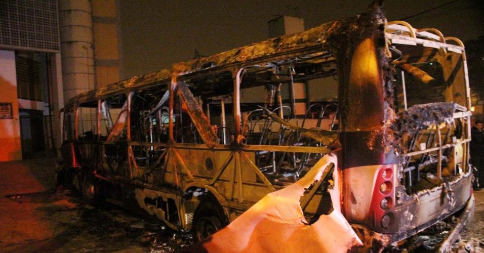 21.jun.2013 - Ônibus é incendiado por vândalos na rua Aluisio de Azevedo com a avenida Dona Benedita Franca da Veiga, no Jardim Feital, em Mauá, na Grande São Paulo, na madrugada desta sexta-feira (21). Segunda a polícia militar, quatro homens dominaram o motorista e cobrador, os obrigaram a descer e em seguida atearam fogo no coletivo. Ninguém ficou ferido. O caso foi registrado no 1° DP (Mauá)