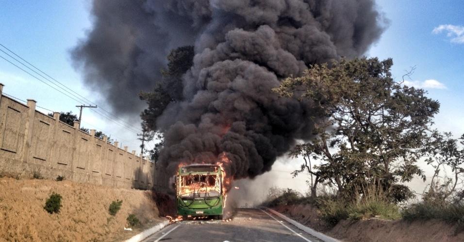21.jun.2013 - Ônibus é queimado por manifestantes durante protesto na BR-040, em Ribeirão das Neves, na grande Belo Horizonte