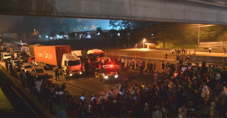 21.jun.2013 - Os moradores do bairro de Morro Doce, zona oeste de São Paulo, também fizeram uma manifestação na quinta-feira (20). Segundo o internauta Marley de Oliveira Lima, que fotografou o ato, os dois sentidos da rodovia Anhanguera foram fechados
