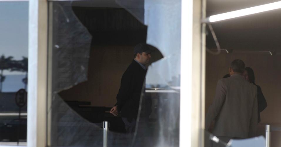 21.jun.2013 - Peritos da Polícia Federal fazem análises técnicas no Palácio Itamaraty nesta manhã para verificar danos, prejuízos e problemas causados após invasão de manifestantes na noite de ontem. O laudo técnico deve ser concluído em até cinco dias