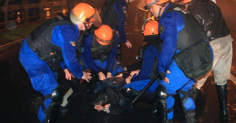21.jun.2013 - Polícia prende manifestante durante protesto por melhorias nos serviços públicos em Porto Alegre, Rio Grande Do Sul