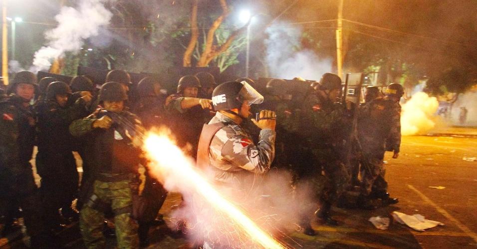 21.jun.2013 - Policial dispara contra manifestantes que atiravam pedras durante protesto em Belém, no Pará