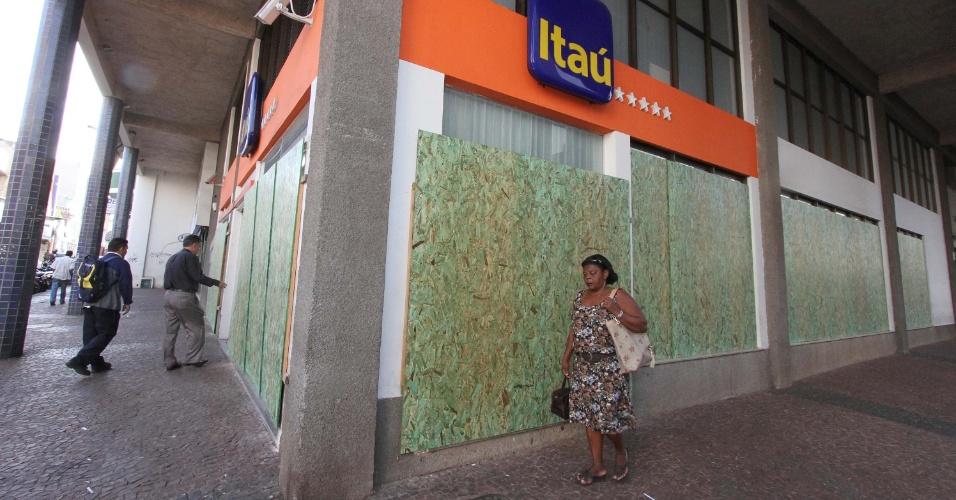 21.jun.2013 - Por causa de protesto marcado para esta sexta-feira (21),vidros das agências bancárias de Uberaba (MG) são cobertos com tapumes na manhã de hoje