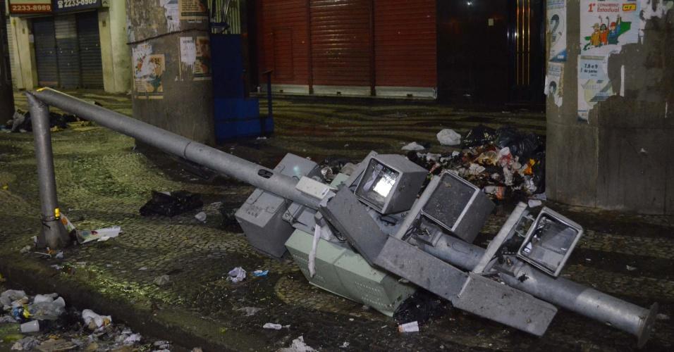 21.jun.2013 - Poste com câmeras é depredado no centro do Rio de Janeiro durante manifestação que reuniu mais de 300 mil pessoas, segundo a PM, nesta quinta-feira (20). O protesto terminou com confronto e 62 pessoas feridas