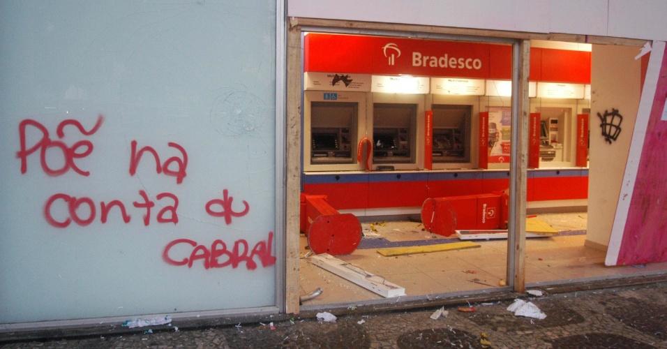 21.jun.2013 - Rio de Janeiro amanhece com bancos e estabelecimentos comerciais depredados após manifestação que reuniu mais de 300 mil pessoas, segundo a PM. O protesto terminou com confronto e 62 pessoas feridas