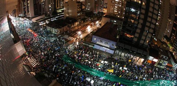 Segundo a polícia militar, quinze mil pessoas protestam em Curitiba nesta sexta-feira
