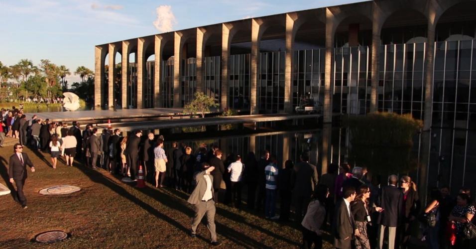 21.jun.2013 - Um dia após a depredação do Palácio do Itamaraty, sede do Ministério das Relações Exteriores, em Brasília, funcionários deram um abraço simbólico no prédio