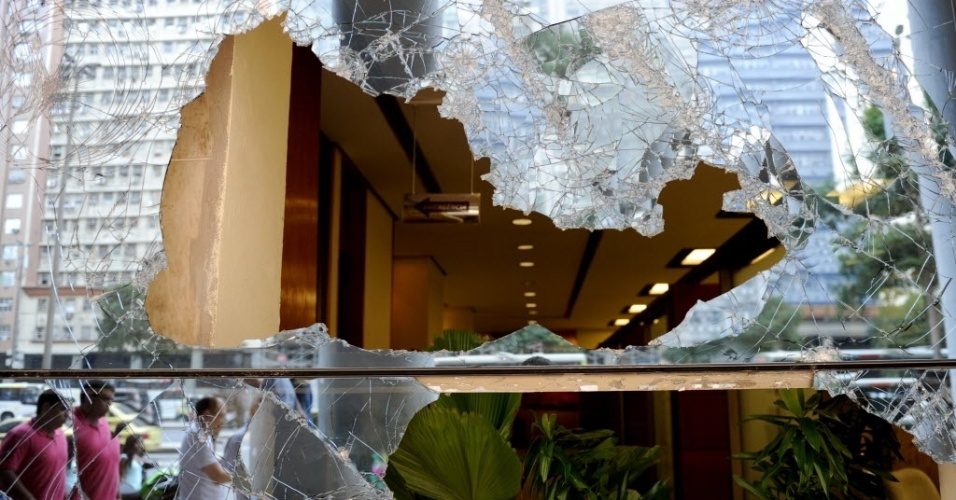 21.jun.2013 - Vidro da janela de um prédio de escritórios quebrado durante o confronto entre manifestantes e policiais na noite de quinta-feira (20)