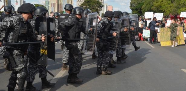 Polícia militar confronta manifestantes em Brasília, a exemplo do que ocorreu em diversas cidades e capitais do país