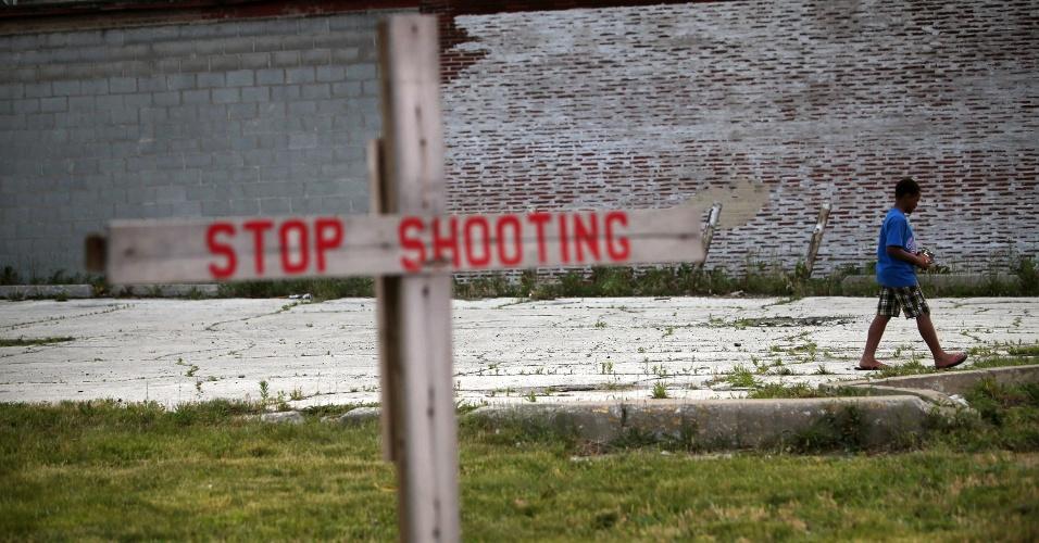 21.jun.2013 - Criança caminha por terreno baldio no bairro de Auburn Gresham, de maioria negra, em Chicago (EUA). Ao menos 27 pessoas foram mortas na cidade nas três primeiras semanas de junho, e 150 foram feridas a tiro no mesmo período