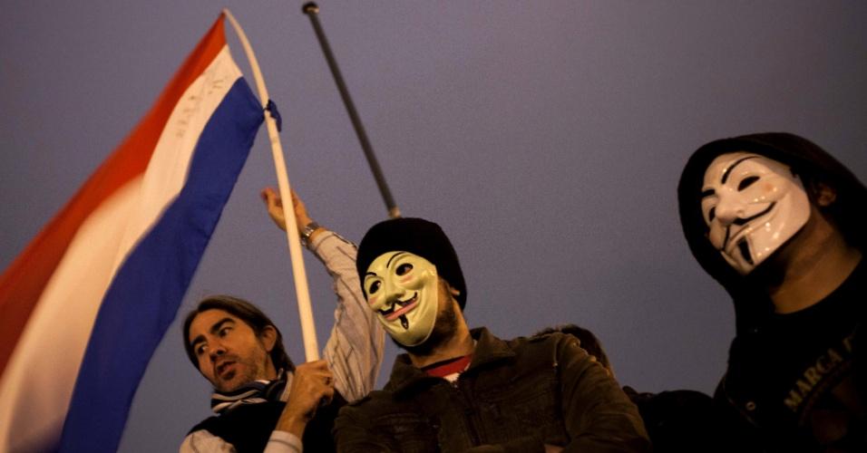 21.jun.2013 - Grupo de manifestantes protesta na Plaza de Armas, diante do Congresso Nacional paraguaio, em Assunção. Cerca de 3.000 pessoas percorreram o centro da capital paraguaia nesta sexta-feira (21) para protestar contra a corrupção e a classe política do país