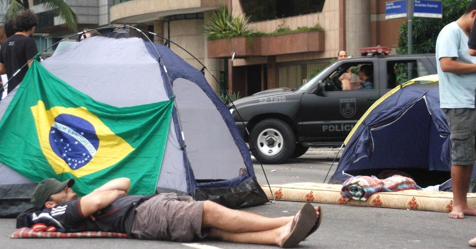 22.jun.2013 - Grupo de manifestantes acampa em frente à casa do governador Sérgio Cabral, no bairro do Leblon, no Rio de Janeiro, na manhã deste sábado (22). Eles passaram a madrugada no local