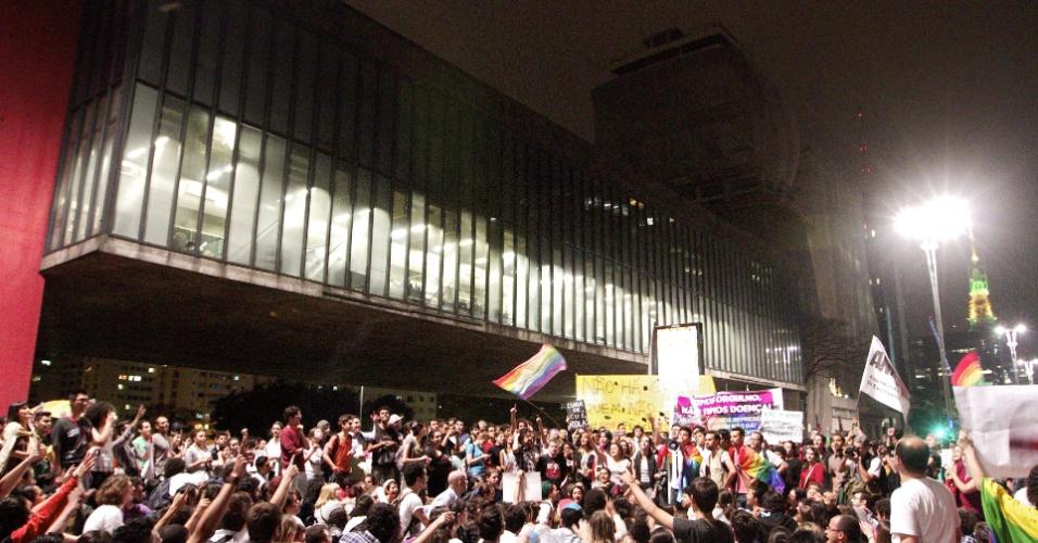 """21.jun.2013 - Manifestantes que protestam contra o projeto de lei que viabiliza a """"cura gay"""" chegam à avenida Paulista, no centro de São Paulo, depois de se concentrarem na Praça Roosevelt, na mesma região"""