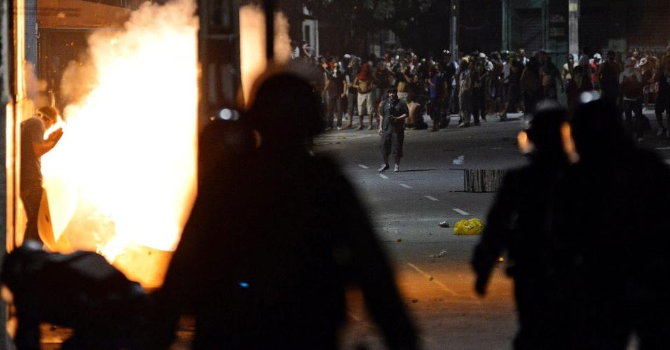 21.jun.2013 - Policiais encaram protesto em Fortaleza. As passeatas e manifestações seguiram em diversas cidades do país, criticando a falta de serviços públicos, a violência e a corrupção