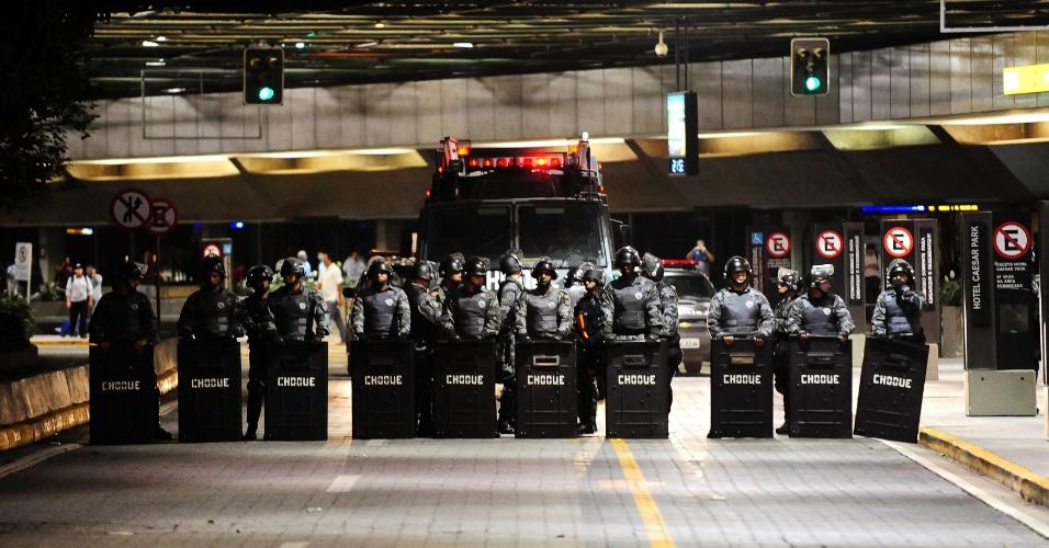 21.jun.2013 - Tropa de Choque controla o acesso ao Aeroporto de Guarulhos para prevenir a entrada de manifestantes que protestam na via Dutra, uma das rodovias que dá acesso ao aeroporto, e liga São Paulo e Rio de Janeiro, passando por Guarulhos