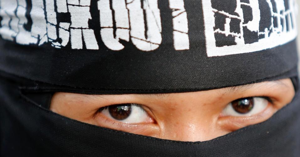 22.jan.2013 - Manifestante cobre o rosto durante protesto contra o resultado das eleições na Malásia, em Kuala Lumpur. A oposição do país afirmou que houve fraude na vitória do primeiro-ministro Najib Razak