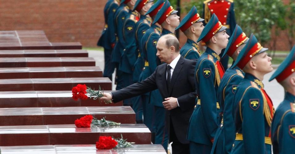 22.jan.2013 - O presidente russo Vladimir Putin coloca flores no túmulo do soldado desconhecido durante uma cerimônia para comemorar o aniversário do início da Grande Guerra Patriótica contra a Alemanha nazista, em 1941, em Moscou, na Rússia. Este sábado (22) marca os 72 anos da invasão nazista na antiga União Soviética