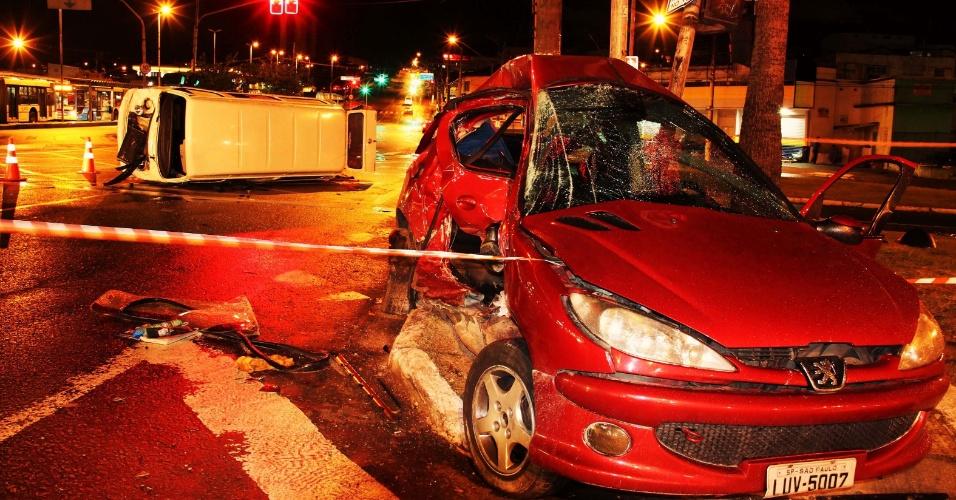 22.jan.2013 - Seis bandidos em uma Kombi roubada atingiram um veículo após uma perseguição policial na esquina da avenida Atlântica com a avenida Teotônio Vilela, em Interlagos, zona sul de São Paulo, na madrugada deste sábado (22). O motorista do veículo atingido foi levado para um pronto socorro da região, mas não resistiu. Os bandidos não sofreram ferimentos, foram presos e levados para o 101º DP