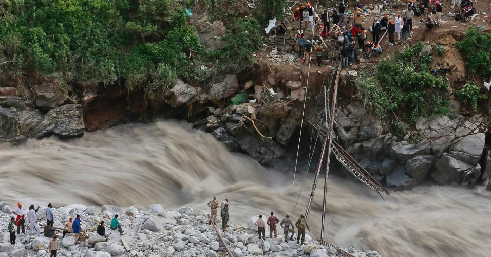 22.jan.2013 - Soldados tentam reparar uma ponte provisória sobre o rio Alaknanda depois de ter sido destruída pelas chuvas de monção, durante as operações de resgate em Govindghat, na Índia, neste sábado (22). Chuvas de monção inundaram o rio Ganges, o maior da Índia, destruíram casas, mataram pelo menos 138 pessoas e atingiu dezenas de milhares