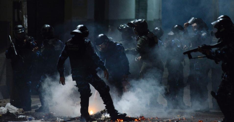 22.jan.2013 - Tropa de Choque apaga fogo ateado por manifestantes durante protesto em Fortaleza, na sexta-feira (21). Houve confronto com a Polícia Militar em frente à prefeitura e o protesto terminou com sete detidos